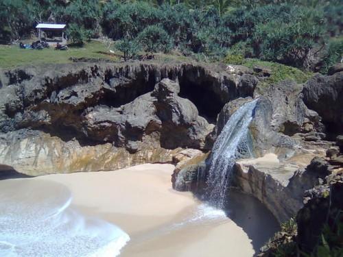 Pantai dengan air terjun