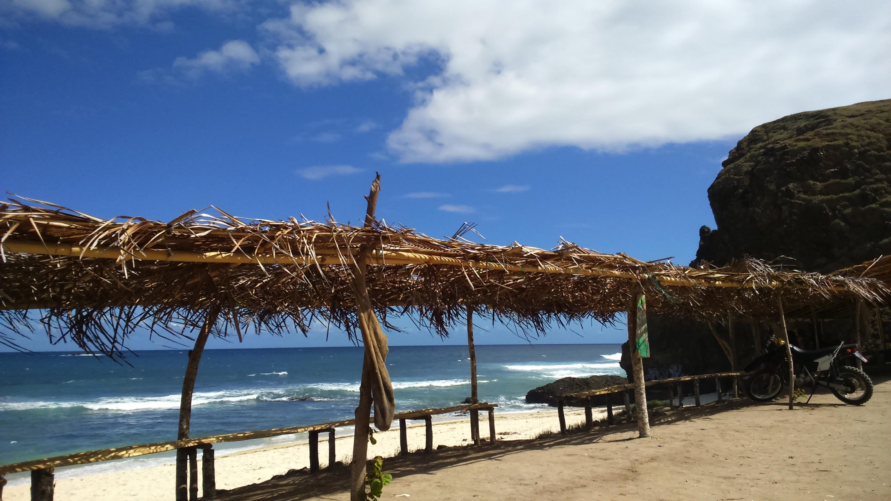 Jejeran bangku di pinggir pantai