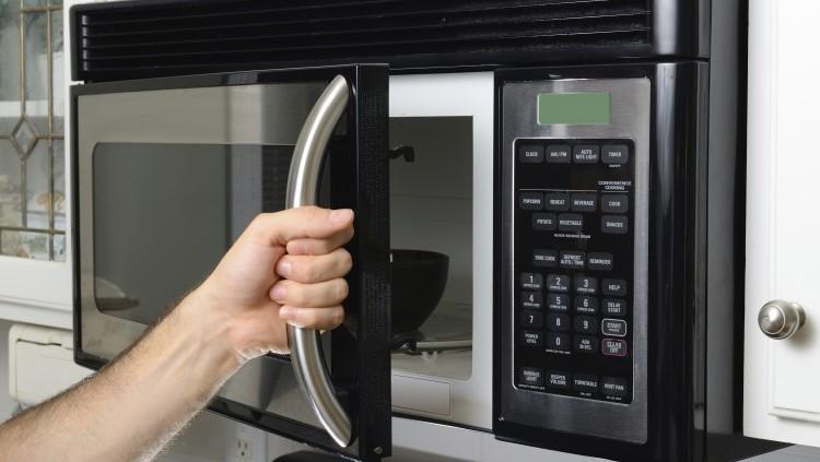 Gambar menghangatkan makanan dengan microwave