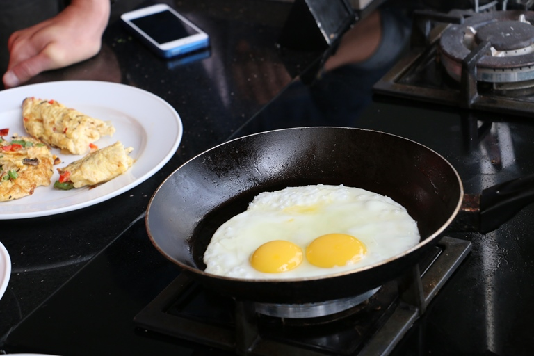 Menggoreng telur dengan wajan