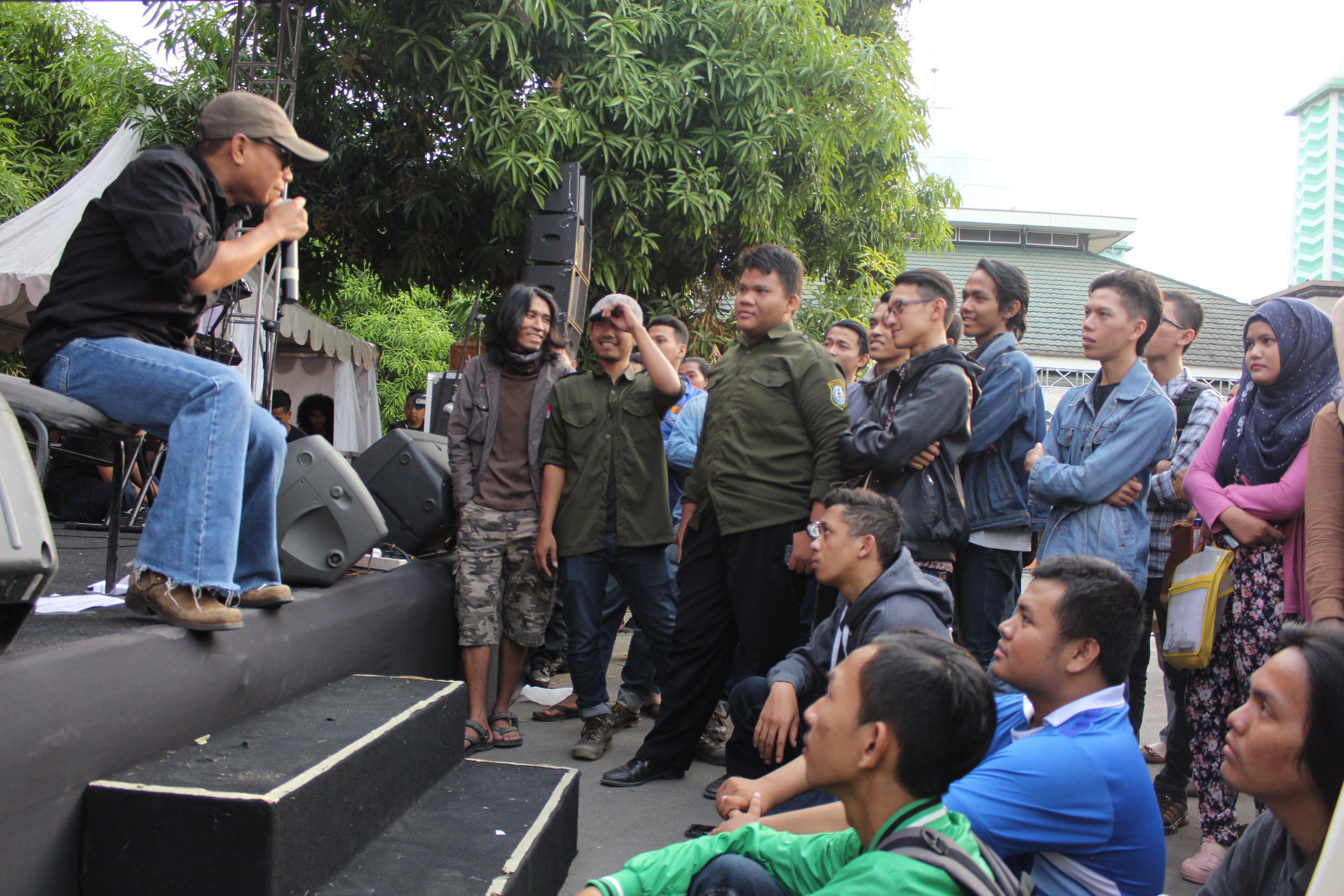 Pidi Baiq di kampus Unswagati dalam Konser Coklat Kita Ngabuburit