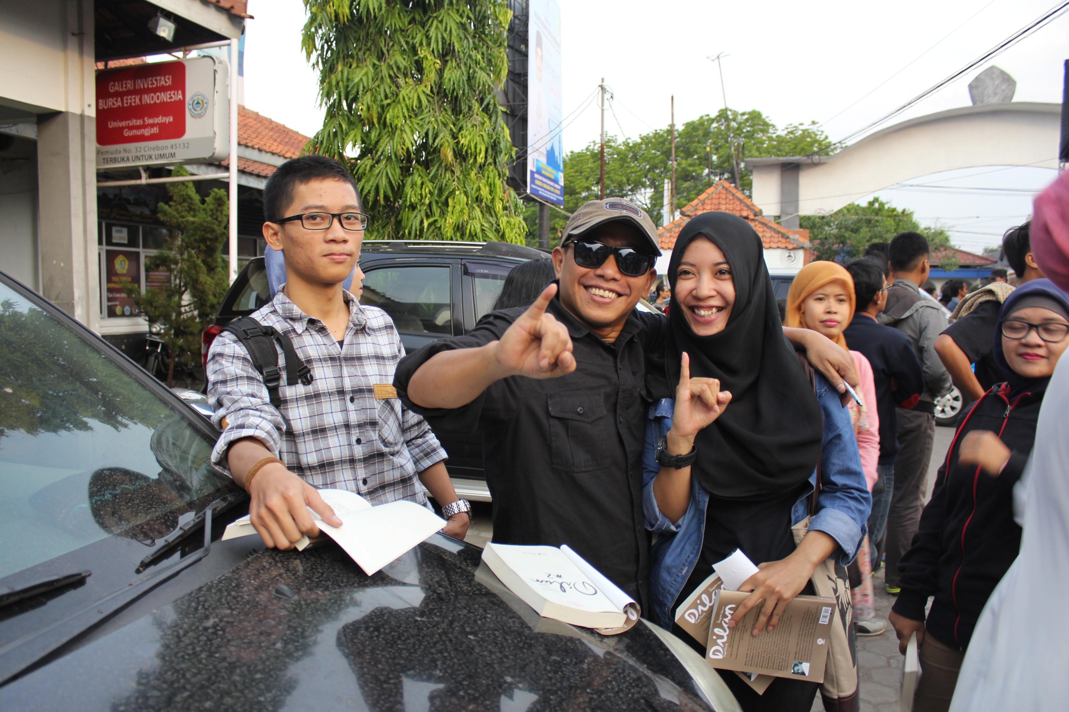 Pidi Baiq ketika menandatangani buku Dyla di UNSWAGATI Cirebon