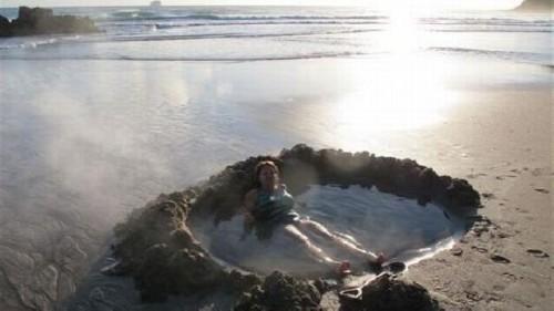 Pantai dengan air panas