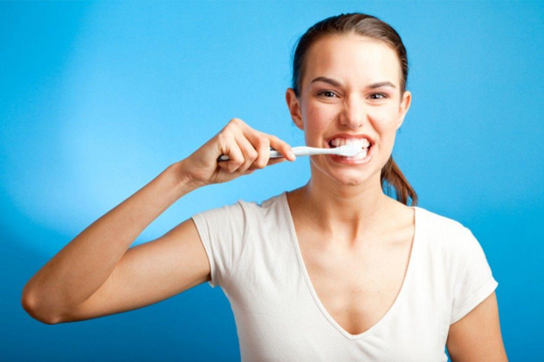 Ilustrasi menyikat gigi dengan kuat